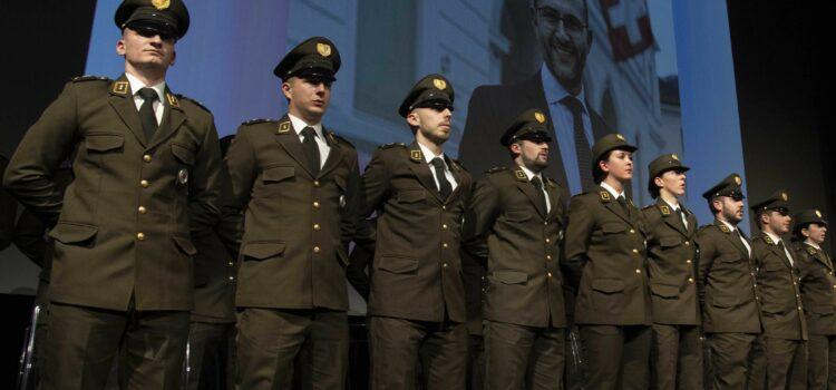 Orgoglioso dei nuovi agenti di Polizia