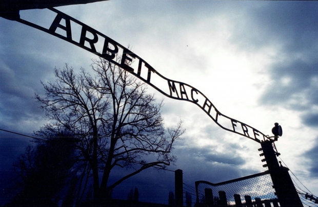 Affacciati al cancello di Auschwitz