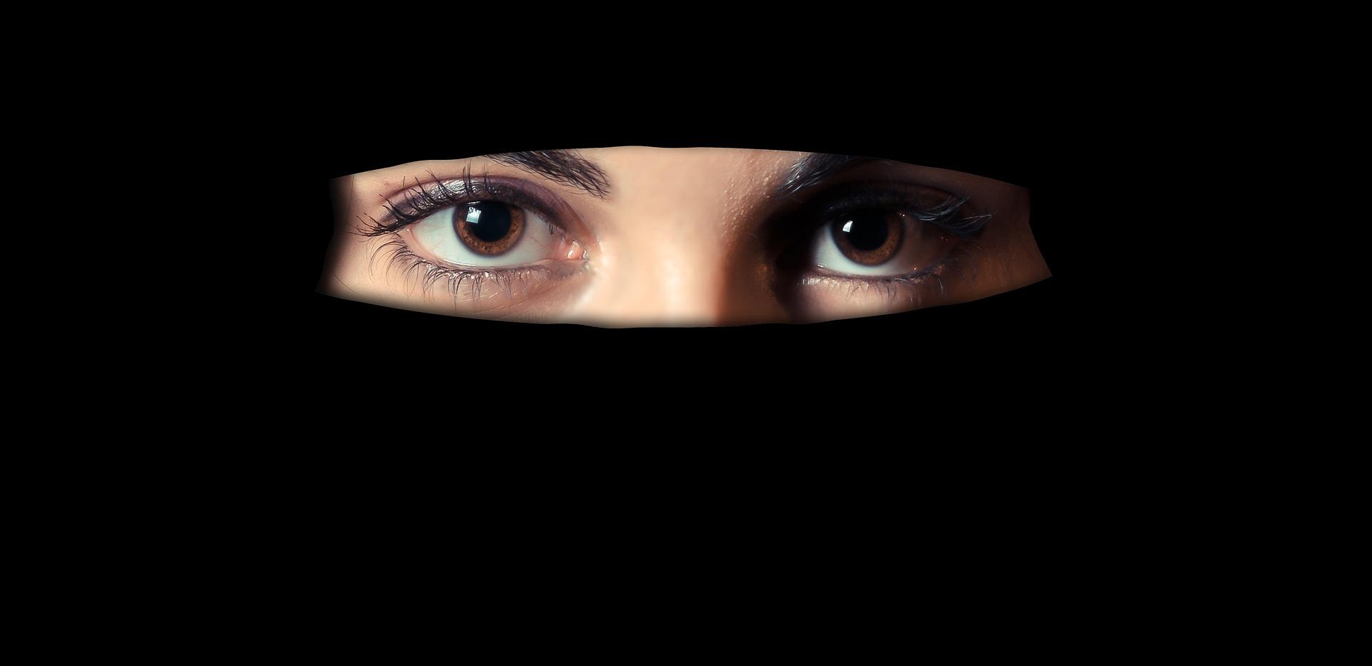 Con l'avvertimento, le turiste hanno subito levato il burqa