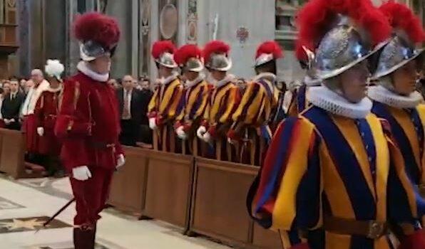 Vaticano a tinte rosse e blu